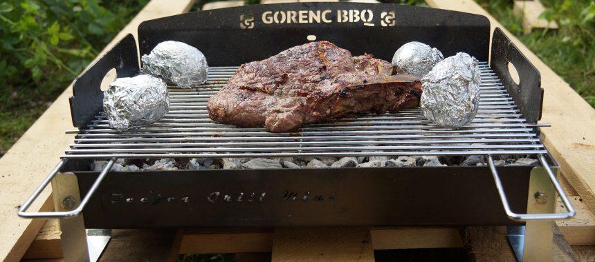 T-bone steak pečen na žaru z zeliščnim maslom