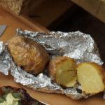 Pečen krompir na žaru